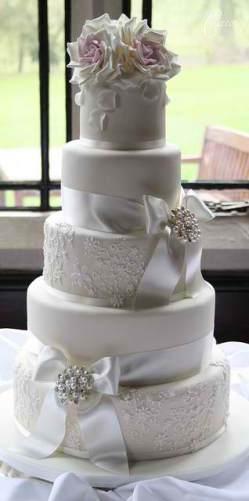 traditional and elegant wedding cake